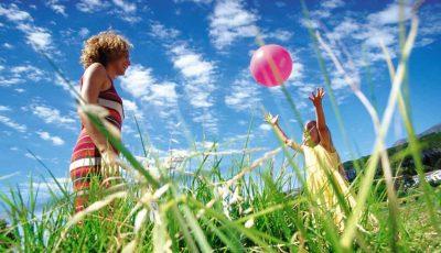 spelen met dochter eenouder vakantie
