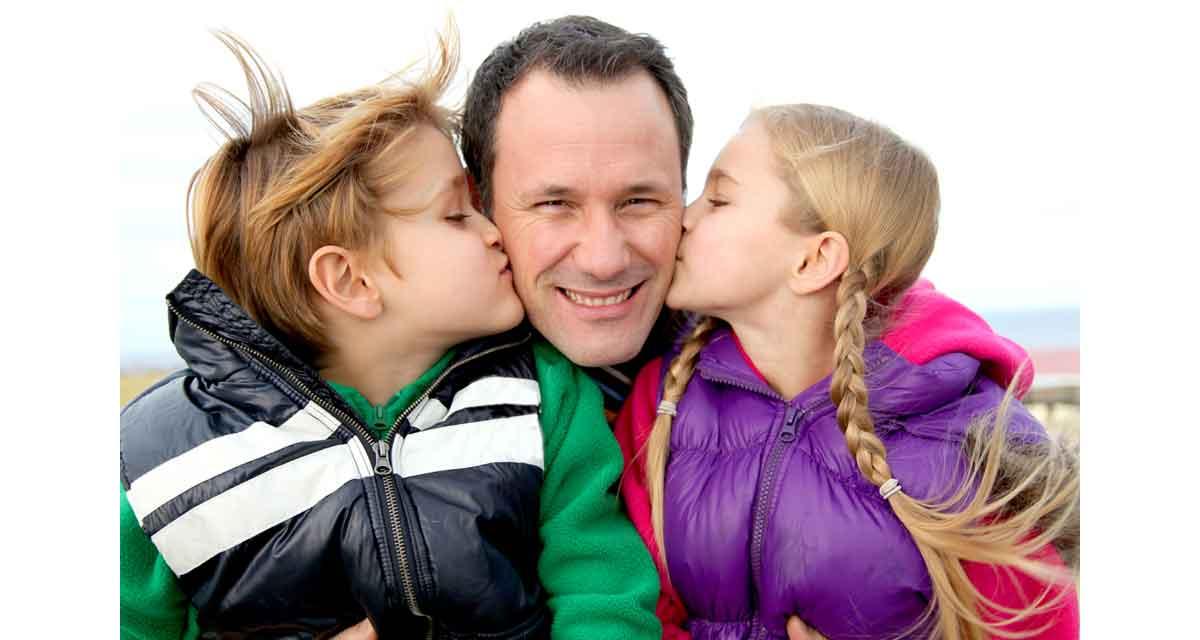 vader met gezin op wintersport